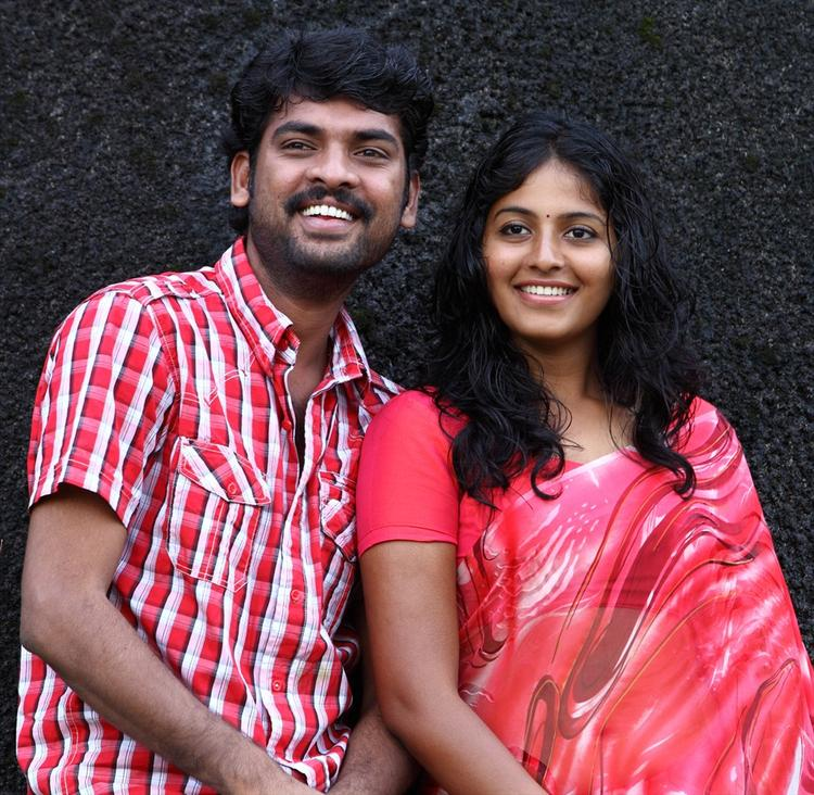 Vimal And Anjali Smiling Still From Naluguru Snehitula Katha Movie