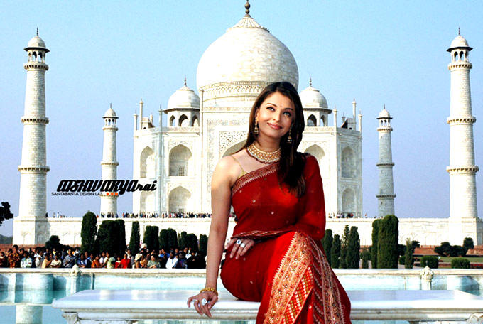 Aishwarya Nice Look In Red Saree Photo
