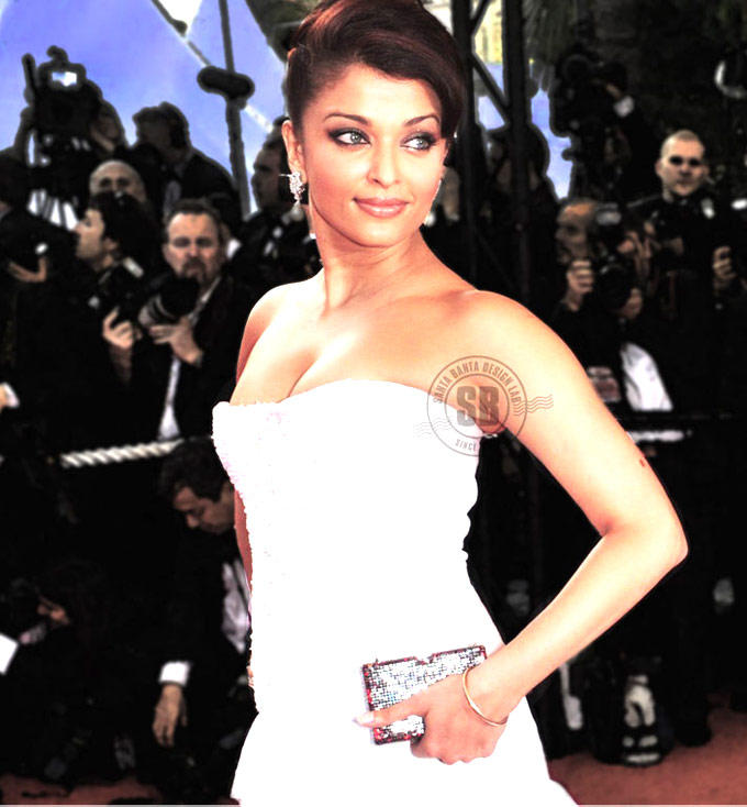 Aishwarya Pose For Camera At The Cannes Film Festival