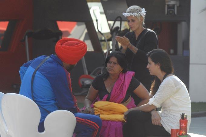Sampat,Karishma,Sidhu And Sapna In Discussion Still At  Bigg Boss House