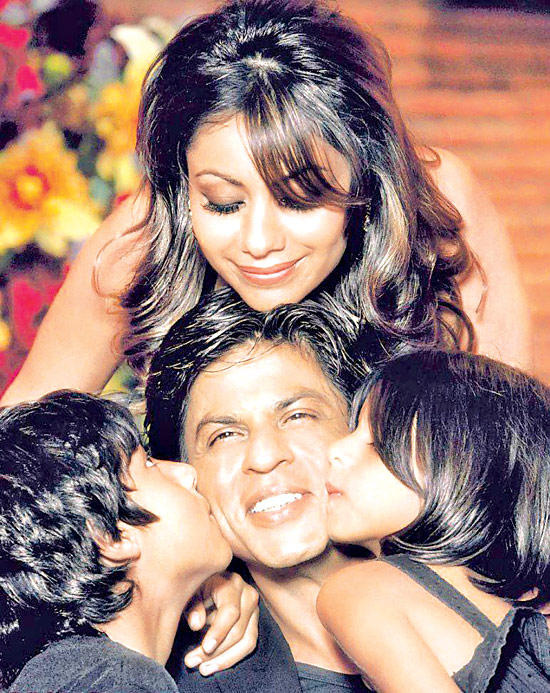 Shahrukh Khan With Wife Gauri And Kids Aryan And Suhana In Cool Still