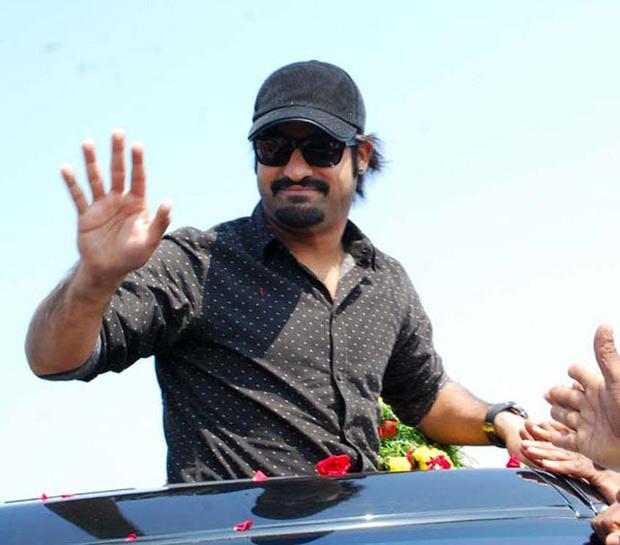 Jr NTR Greets His Fans At Vastunna Meekosam