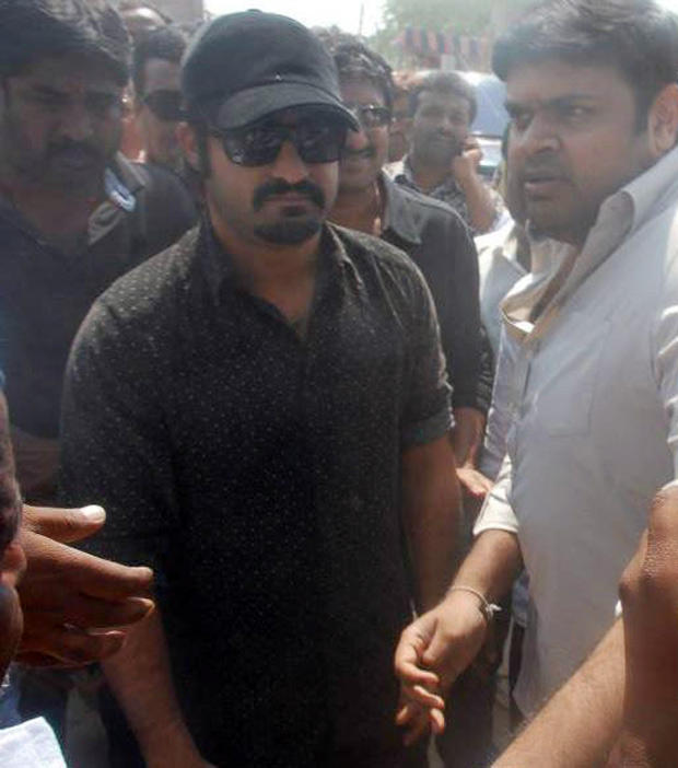 Jr NTR Spooted At Vastunna Meekosam To Meet Chandrababu Naidu