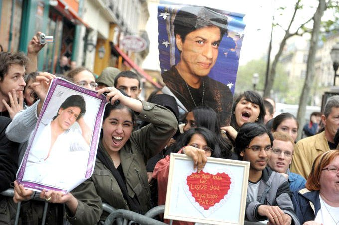 Fans Of Shahrukh Excited To See Wax Satute Of SRK At Paris