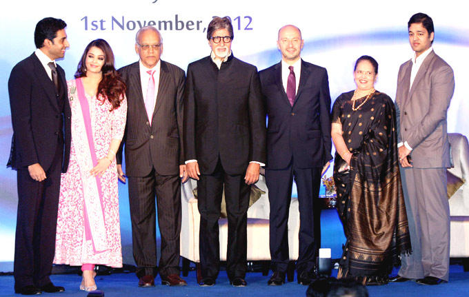 Aishwarya With Her Family Posed At French Civilian Award 2012