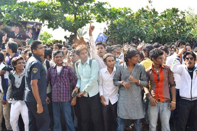 The Crowd Of Fans Outside SRK's Home