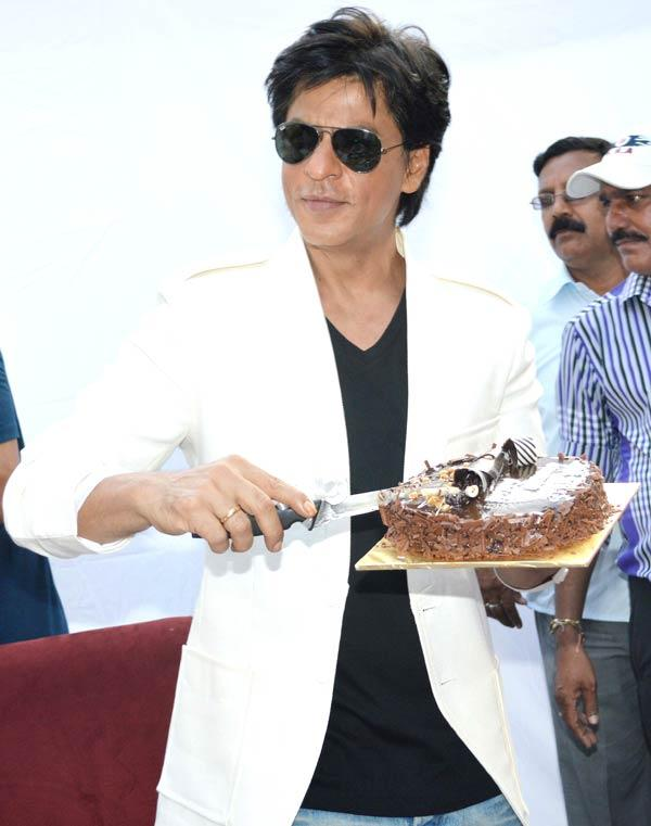 SRK Poses With His Birthday Cake