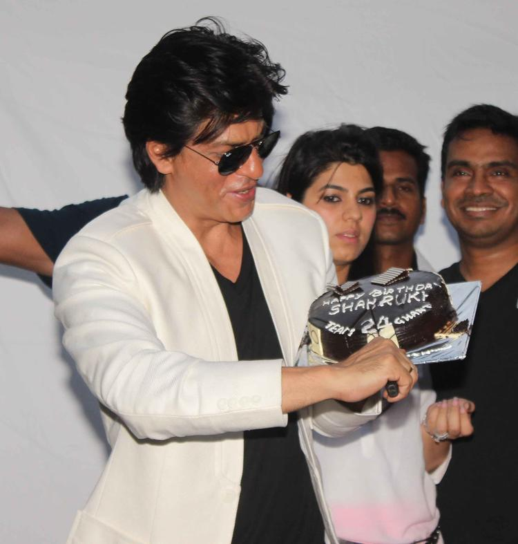 Shahrukh Khan Cut The Cake On His 47th Birthday Still