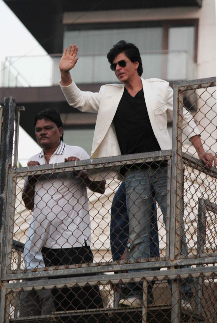 Shahrukh Khan Greets His Fans Outside Of His House