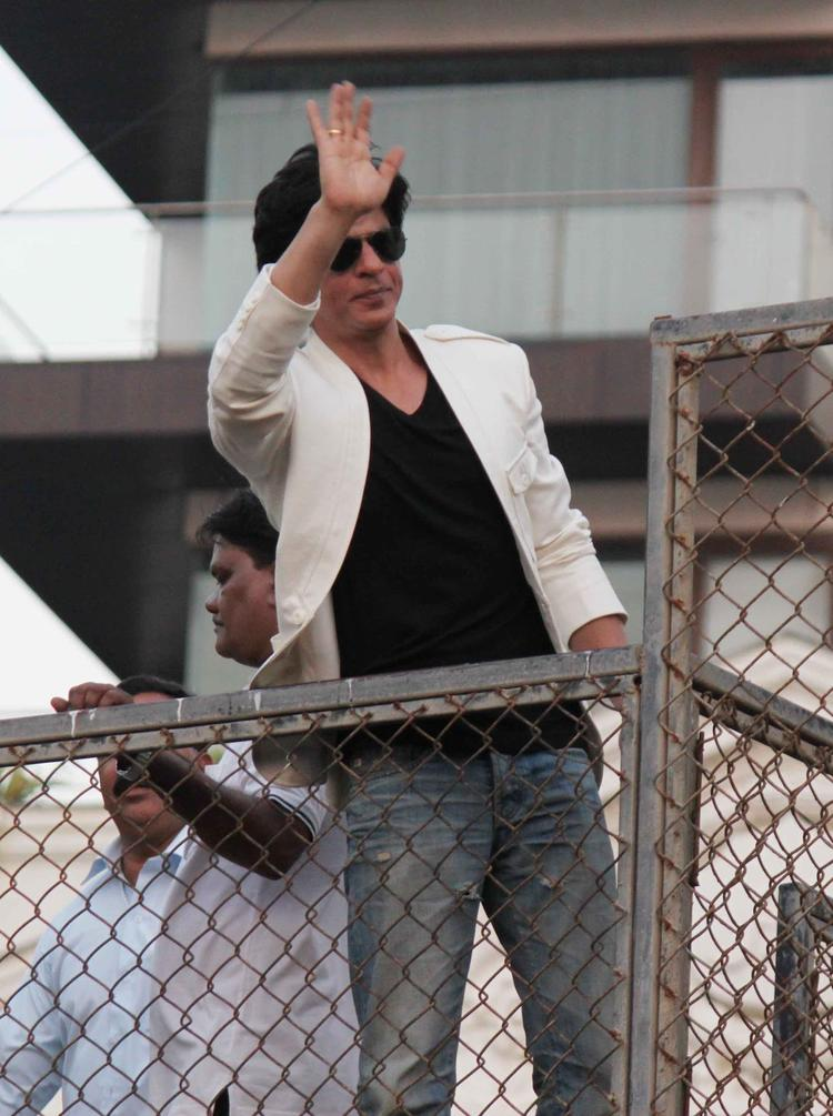 Shahrukh Khan Greets His Fans Photo