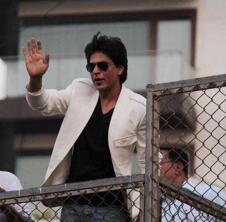 Shahrukh Khan Snapped Waving To His Fans On His 47th Birthday