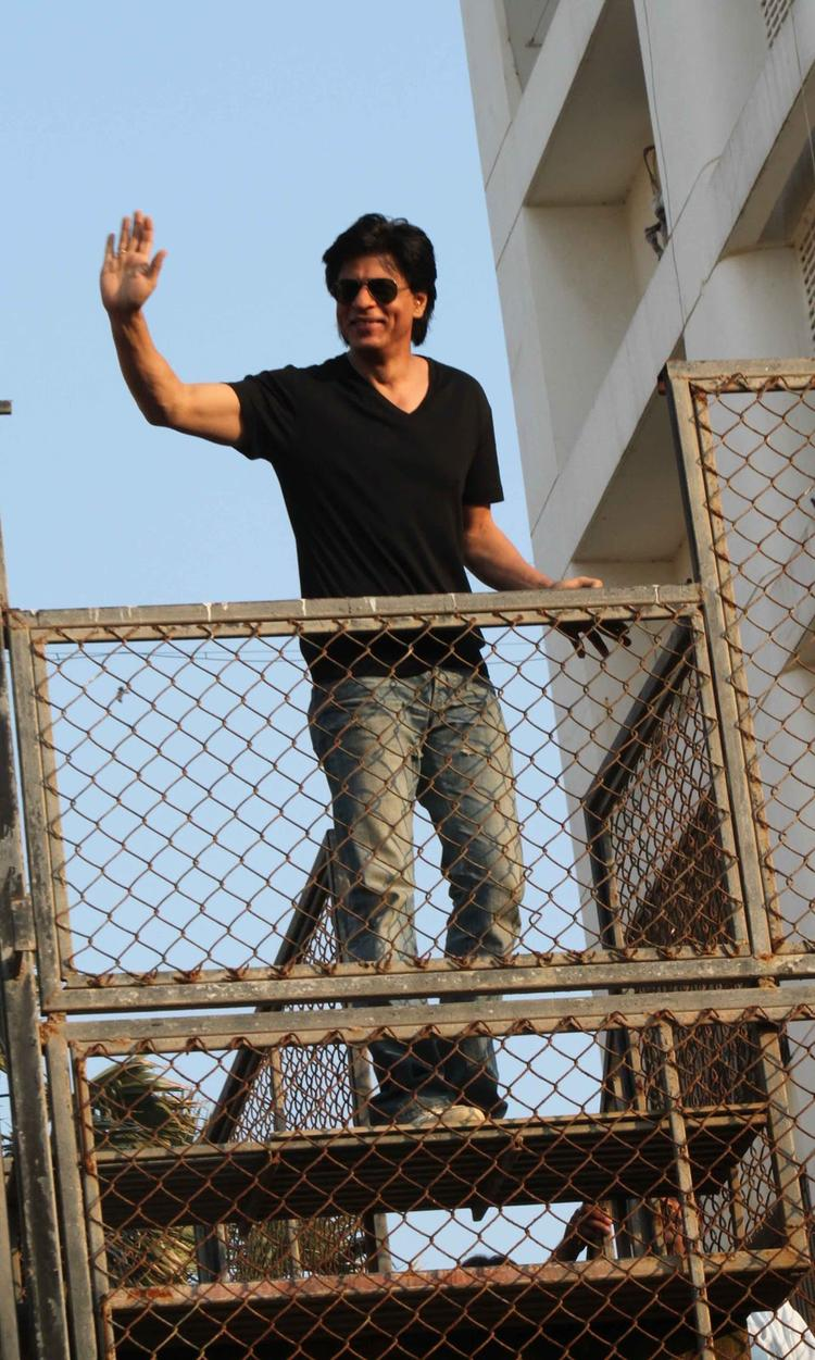 Shahrukh Khan Waving To His Fans Still