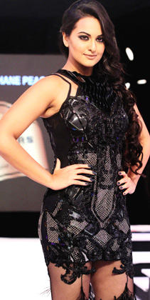 Sonakshi Dazzling On The Ramp In Black Dress At Grand Finale Of Blenders Pride Fashion Week 2012
