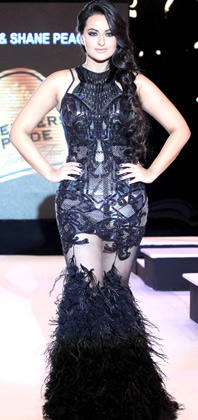 Sonakshi Sinha Sexy Walk On The Ramp For Blenders Pride Fashion Week 2012