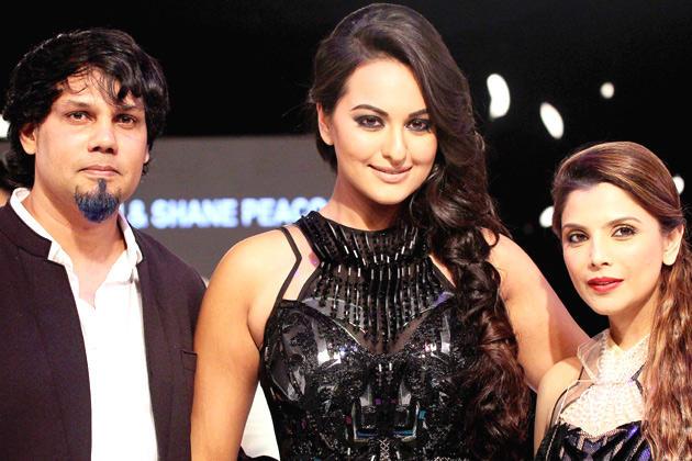 Sonakshi Sinha Smiling At Blenders Pride Fashion Week 2012