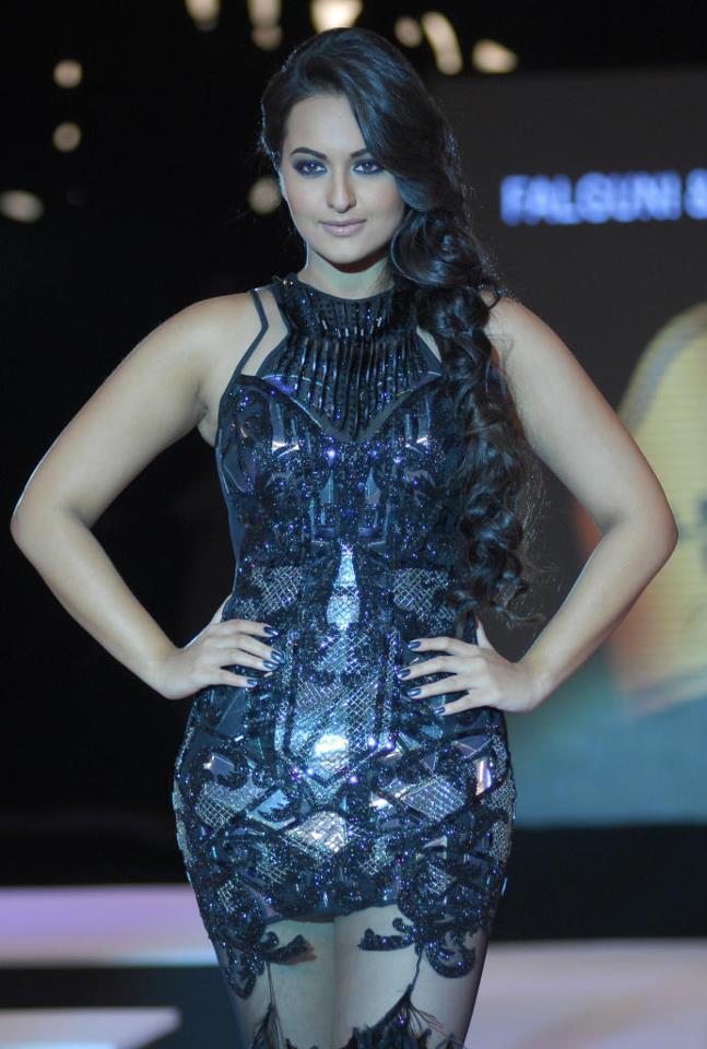 Sonakshi Sinha Walks Ramp At Blenders Pride Fashion Week 2012