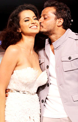 Gavin Miguel Kisses Kangana Ranaut At Blenders Pride Fashion Week 2012