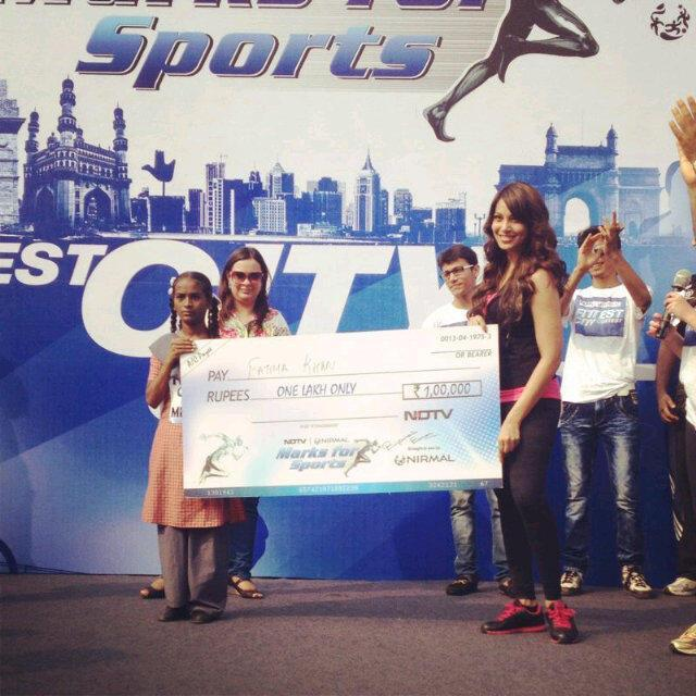 Bipasha Basu With Cheque At The NDTV Nirmal Lifestyle Marks For Sports