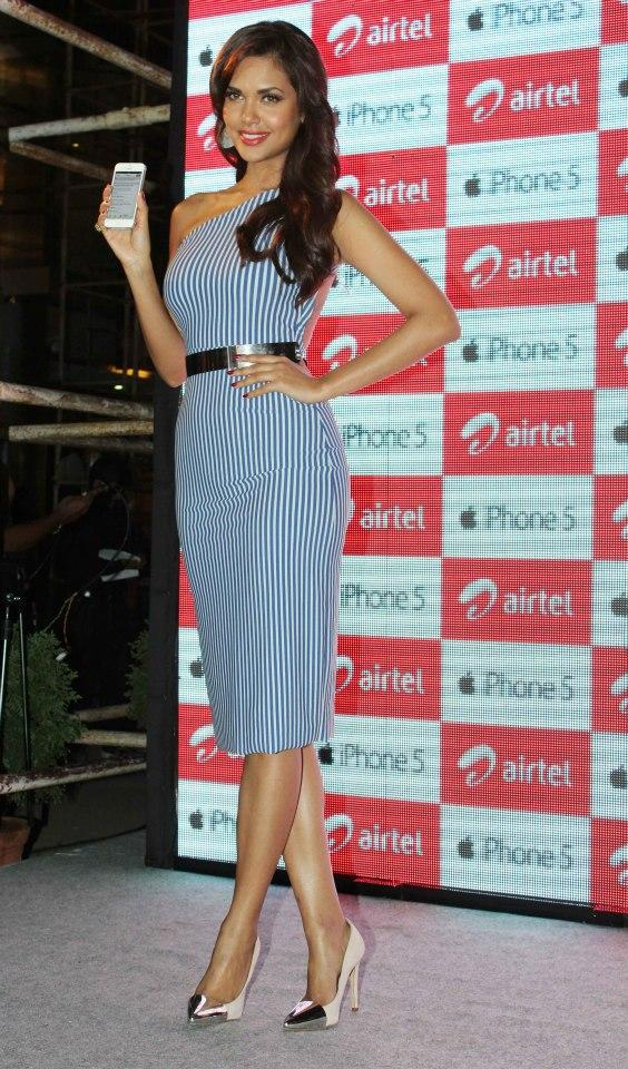 Esha Gupta Attend The Launch Of Iphone 5