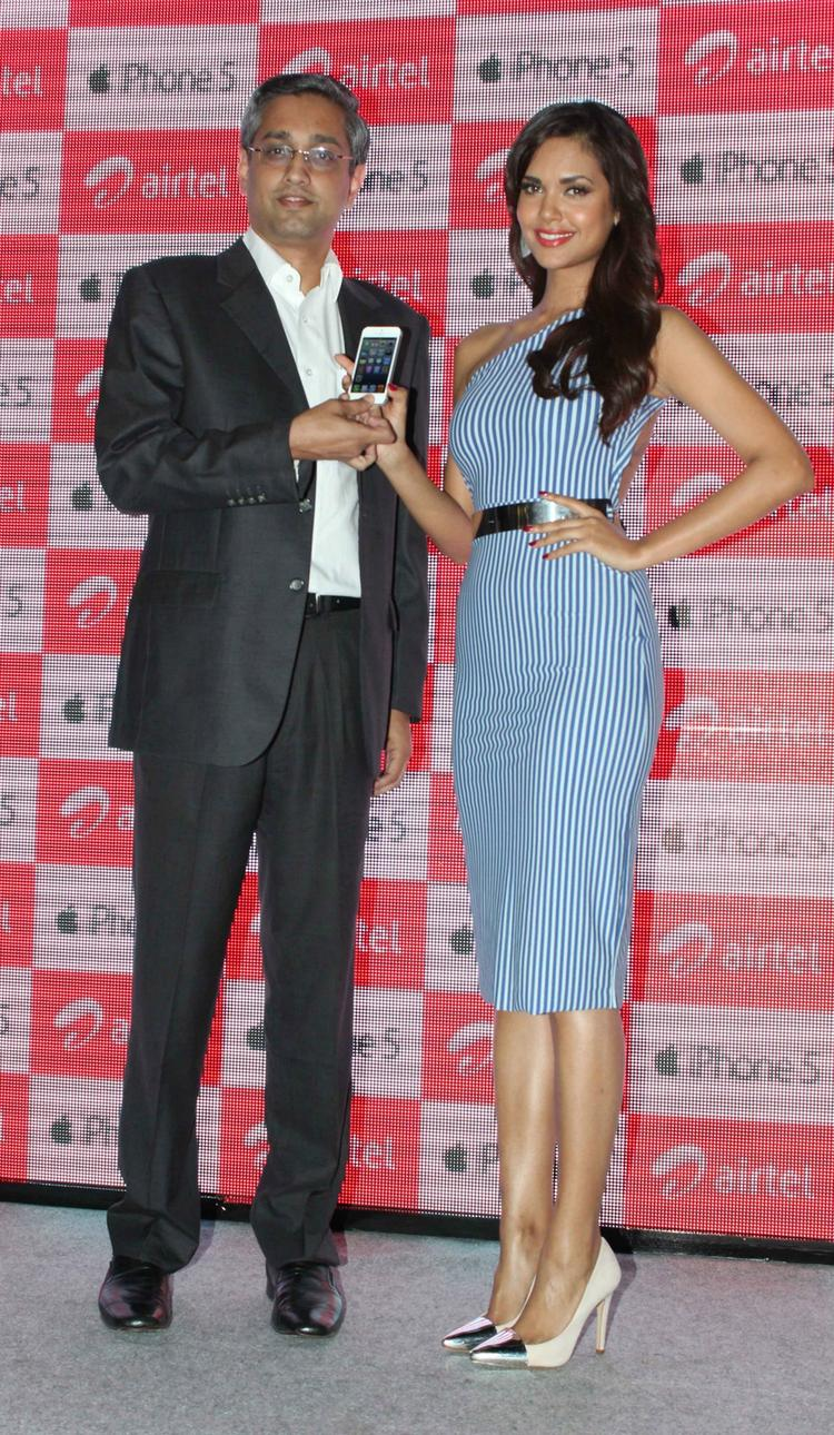 Esha Gupta During The Launch Of Apple IPhone 5 In Mumbai