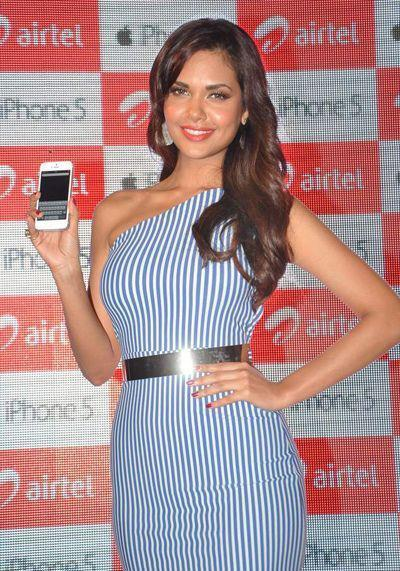 Esha Gupta Shows The Mobile At Iphone 5 Launch
