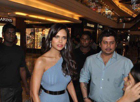 Esha Gupta Spotted At The Launch Of Iphone 5