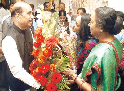 Manohar Joshi Congratulates Meira Kumar And Her Daughter Devangana At Devangana Kumar Art Exhibition