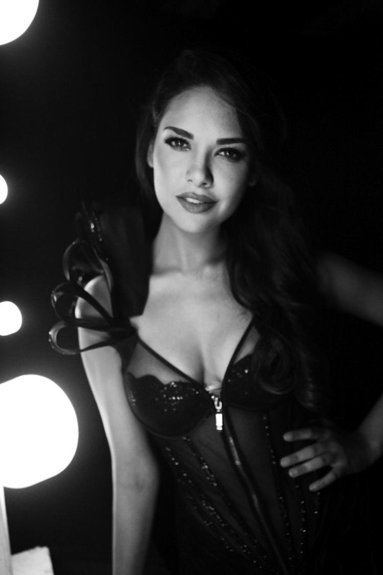 Esha Gupta Sizzling Look At The Blenders Pride Fashion Tour 2012