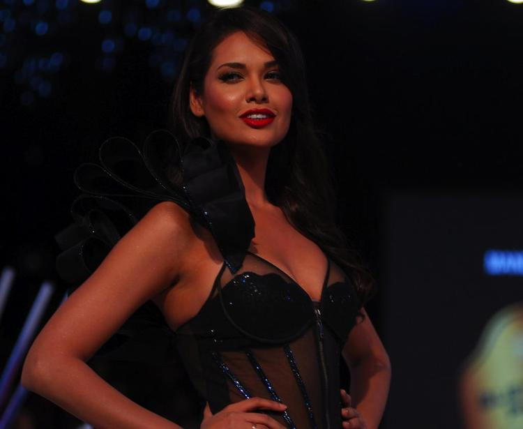 Esha Gupta Walks The Ramp For Mandira Wirk At Blenders Pride Fashion Tour 2012