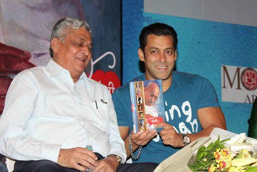 Salman With Guest During The Promotion Of Book Mahatma Gandhi And Cinema
