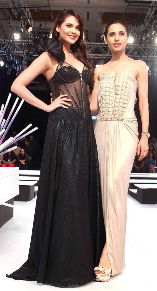 Esha Gupta On Ramp Pose For Camera At BPFW