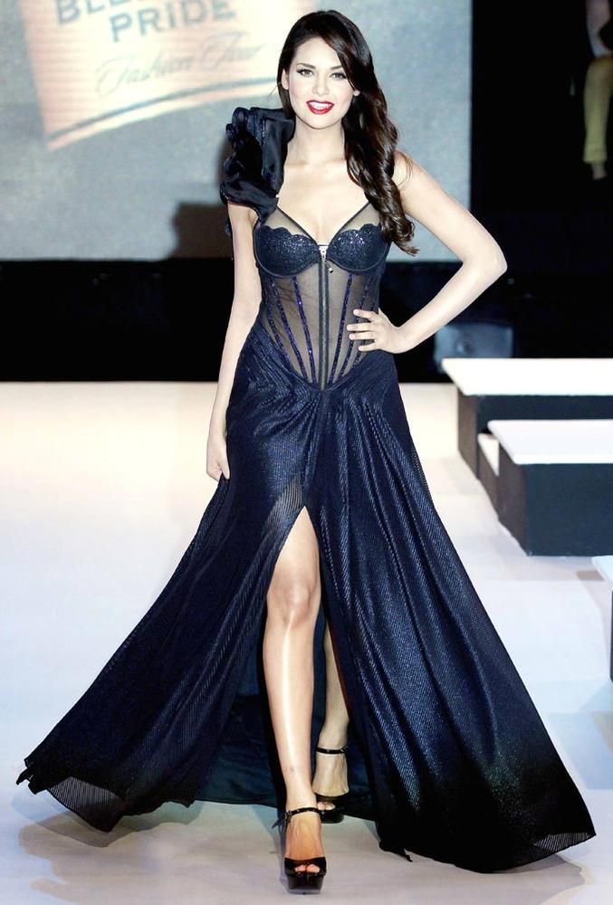 Esha Gupta Trendy Looking Photo Still On Ramp Walk At BPFW