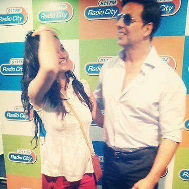 Akshay With 93.5 FM Radio Jockey On Promoion Of Khiladi 786