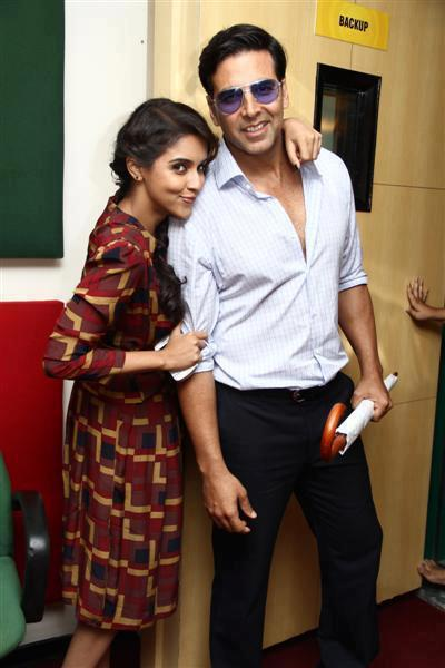 Akshay And Asin Pose For Camera At Radio Mirchi 93.5 FM Station