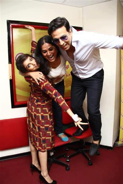 Akshay And Asin Snapped In An Amusing Moment At Radio Mirchi 93.5 FM Station
