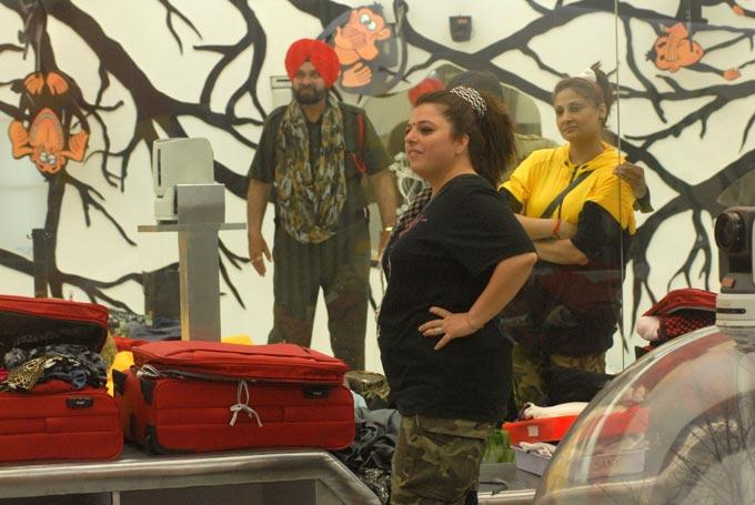 Sidhu,Delnaaz And Urvashi In The Bedroom Of Bigg Boss