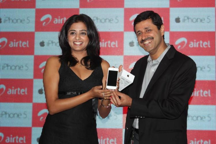 Priyamani And Rohit Unveil The IPhone 5 At Airtel Apple IPhone 5 Launch