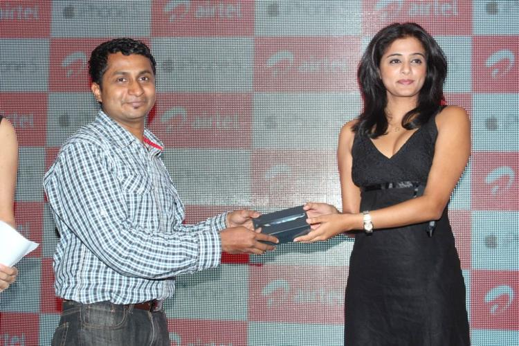 Priyamani With A Customer At Airtel Apple IPhone 5 Launch
