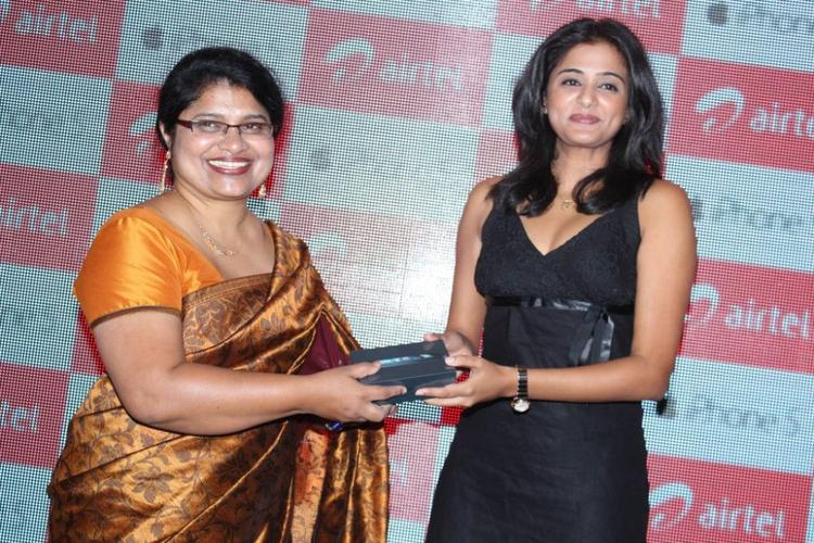 Priyamani Pose For Camera With A Customer At Airtel Apple IPhone 5 Launch
