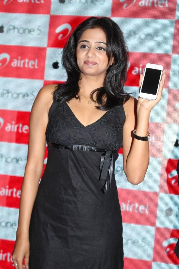 Priyamani Shows Apple IPhone 5 At  Airtel Apple IPhone 5 Launch
