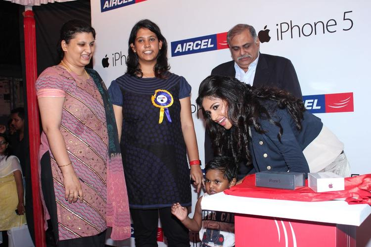 Amala Promote Iphone 5 Mobile Phone At Apple Iphone 5 Launch For Aircel