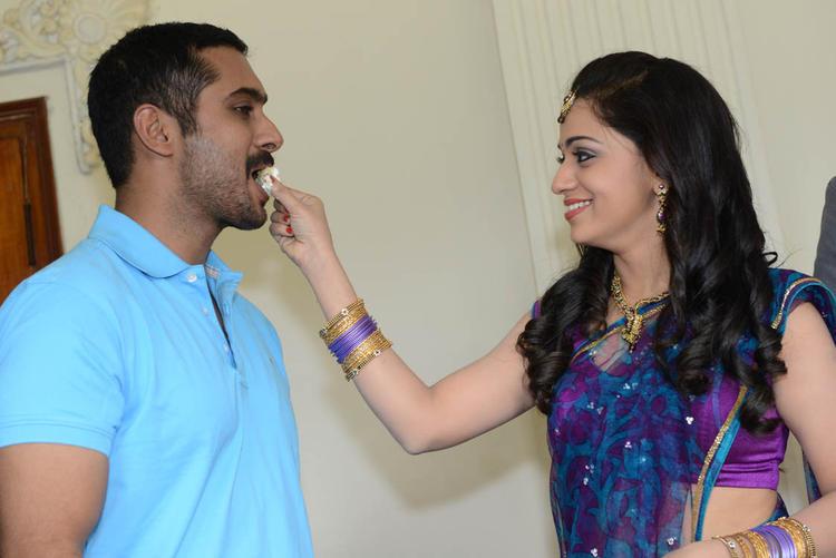 Reshma Feeds Uday Birthday Cake To Her Bithday