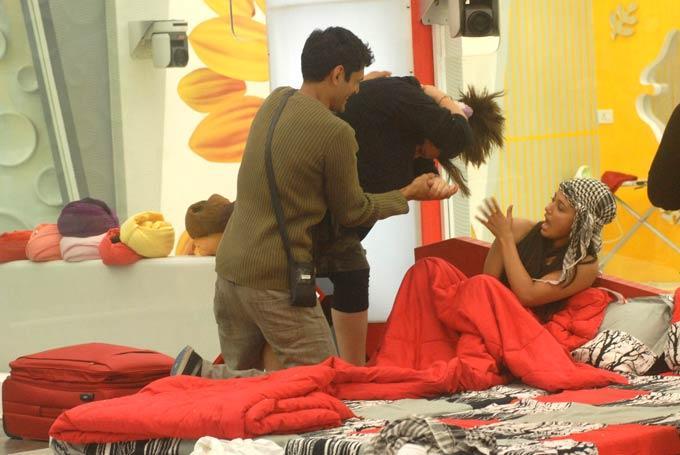 Delnaaz,Niketan And Sana On Bed Room At Bigg Boss 6 On Day 31