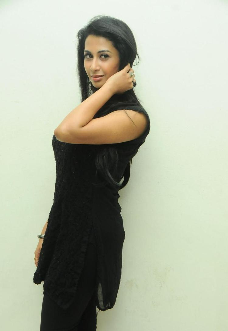 Gayathri Cute Sexy Pose Photo At Gola Gola Platinum Disc