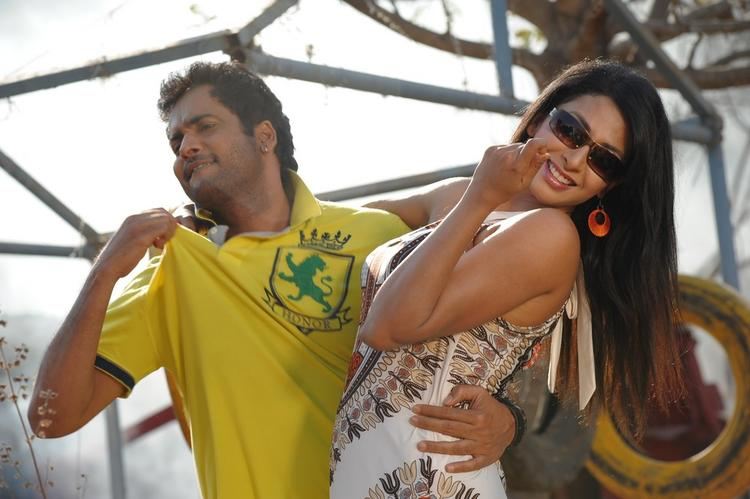 Sivaji And Gayathri Awesome Photo From Gola Gola Movie Song