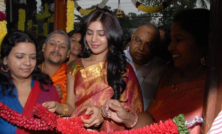 Samantha Charming Look Still At The Launch Chettinads A House Of Handlooms