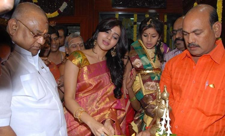 Samantha Looked Gergeous In Sarre At The Launch Chettinads A House Of Handlooms