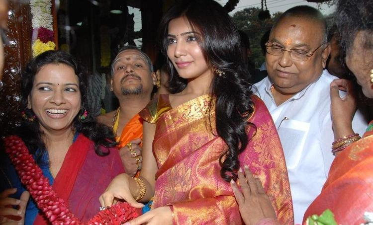 Samantha Nice Look With Cute Smiling Still At The Launch Chettinads A House Of Handlooms