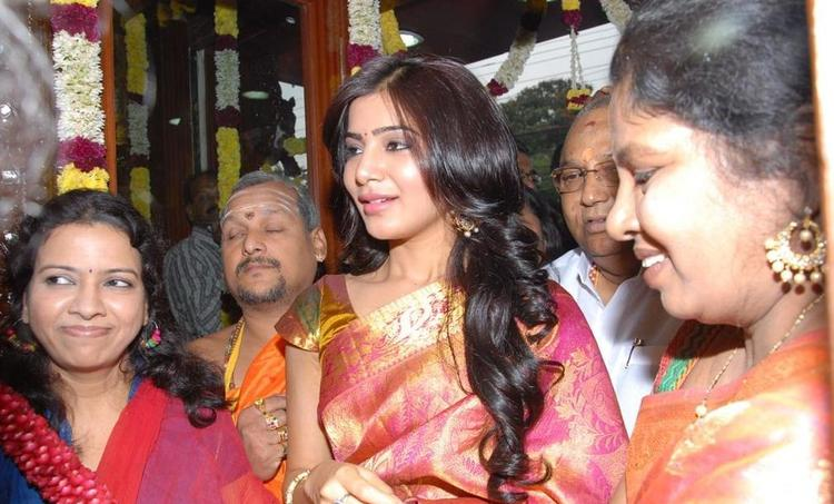 Samantha In Saree Photo At Jubilee Hills Chettinads A House Of Hand looms Show Room Launch
