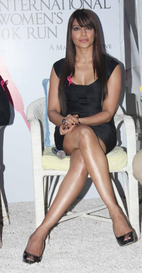 Bipasha Hot And Spicy Photo In Black Mini Dress At Pinkathon Event For Breast Cancer Awareness